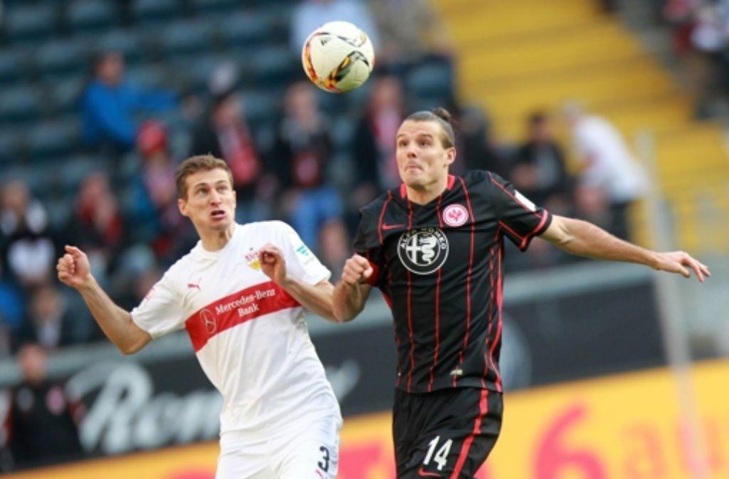 Der VfB-Abwehrspieler Daniel Schwaab im Zweikampf mit Alexander Meier von Eintracht Frankfurt. Foto: dpa