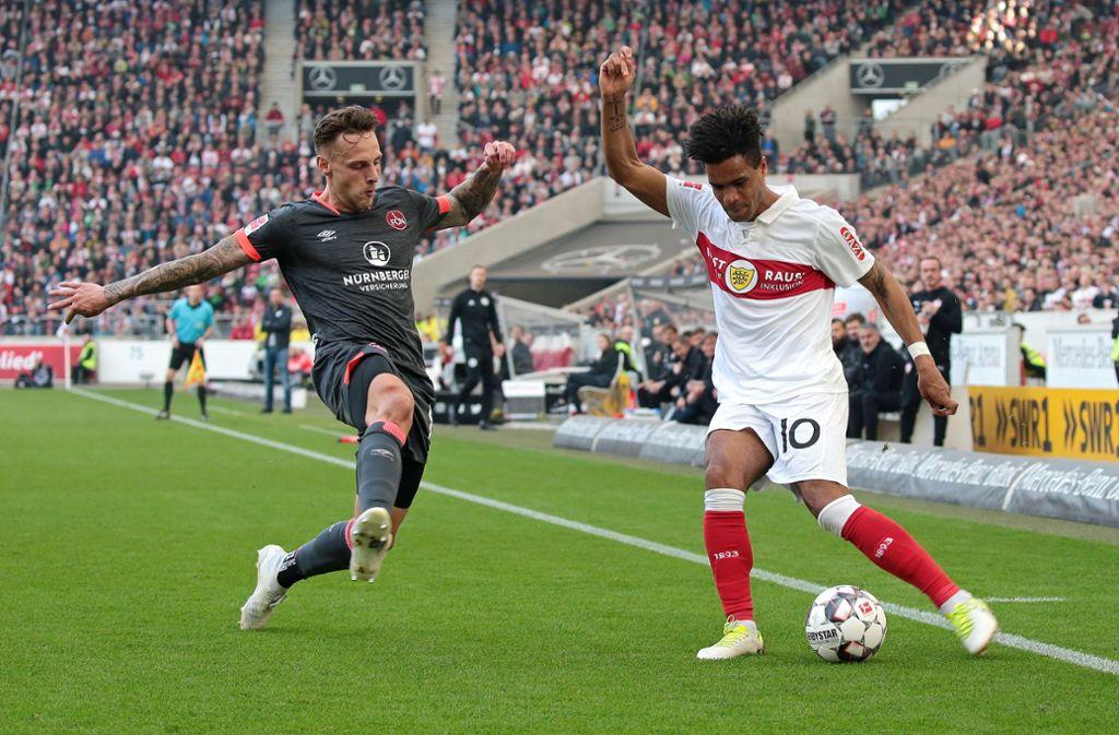 Das direkte Duell Stuttgart gegen Nürnberg wird es nicht mehr geben – aber der Club (Robert Bauer, links) will den VfB (Daniel Didavi) noch vom Relegationsplatz verdrängen. Foto: Baumann