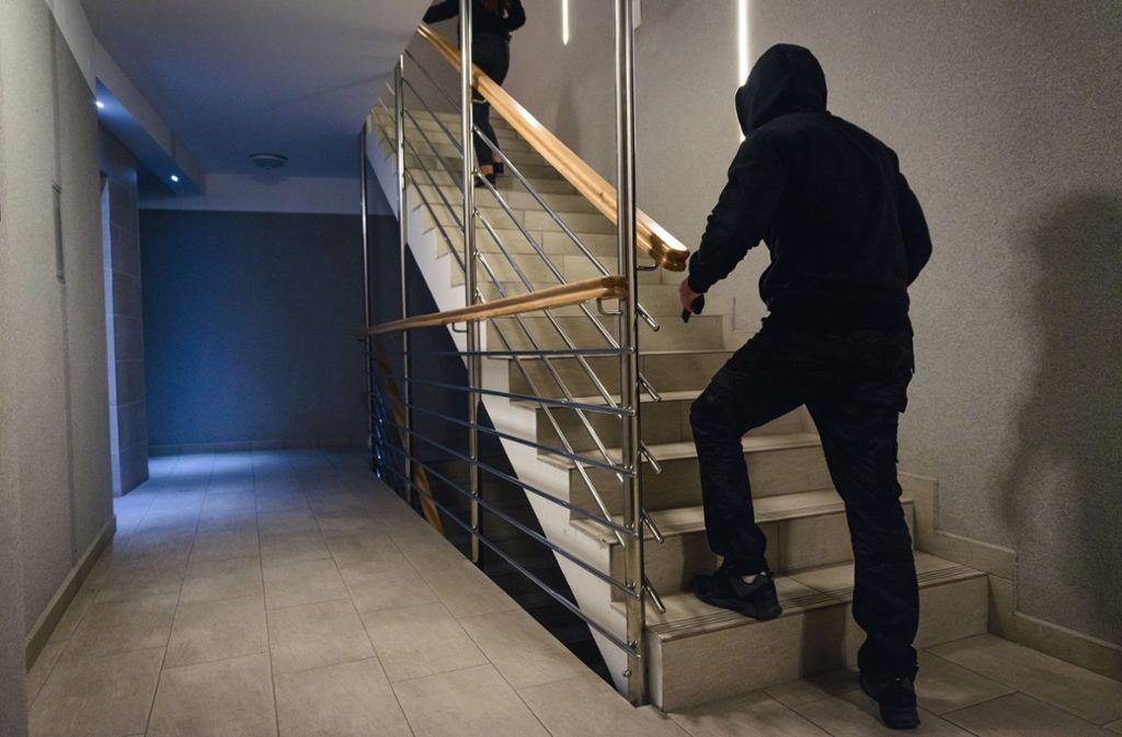 Ein Unbekannter hatte in einem Treppenhaus versucht, einen 45-Jährigen zu berauben. (Symbolbild) ( Foto: Shutterstock/Ivan.Posavec