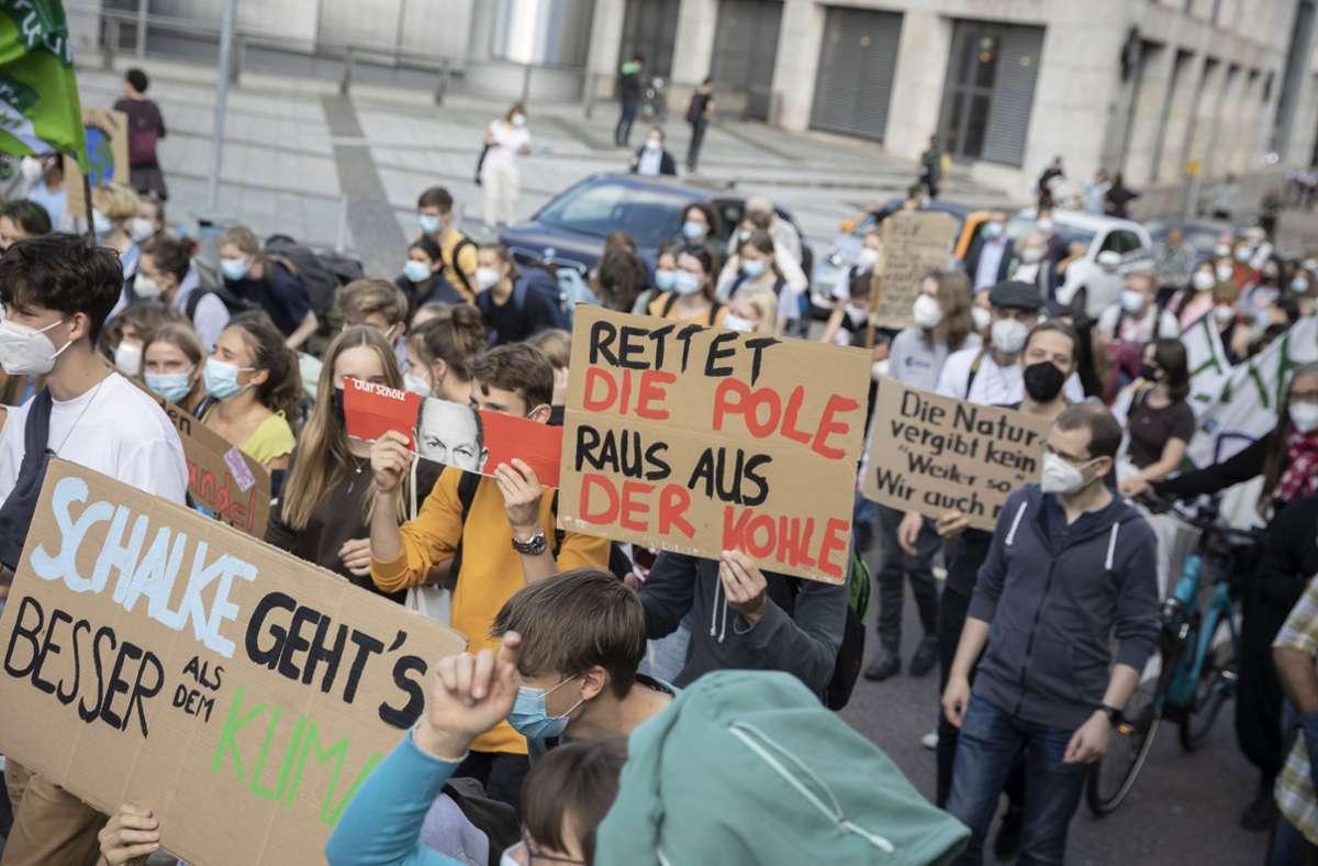 """""""Schalke geht es besser als dem Klima""""- die Demoteilnehmer von Fridays for Future waren bei der Demo in um gute Sprüche nicht verlegen. Foto: Lichtgut/Julian Rettig"""