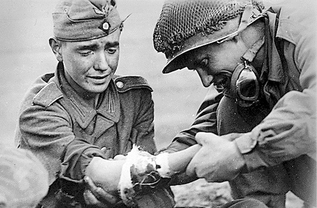 Am Ende: Ein US-Soldat versorgt 1945 einen jugendlichen deutschen Kämpfer. Foto: MDR Mitteldeutscher Rundfunk