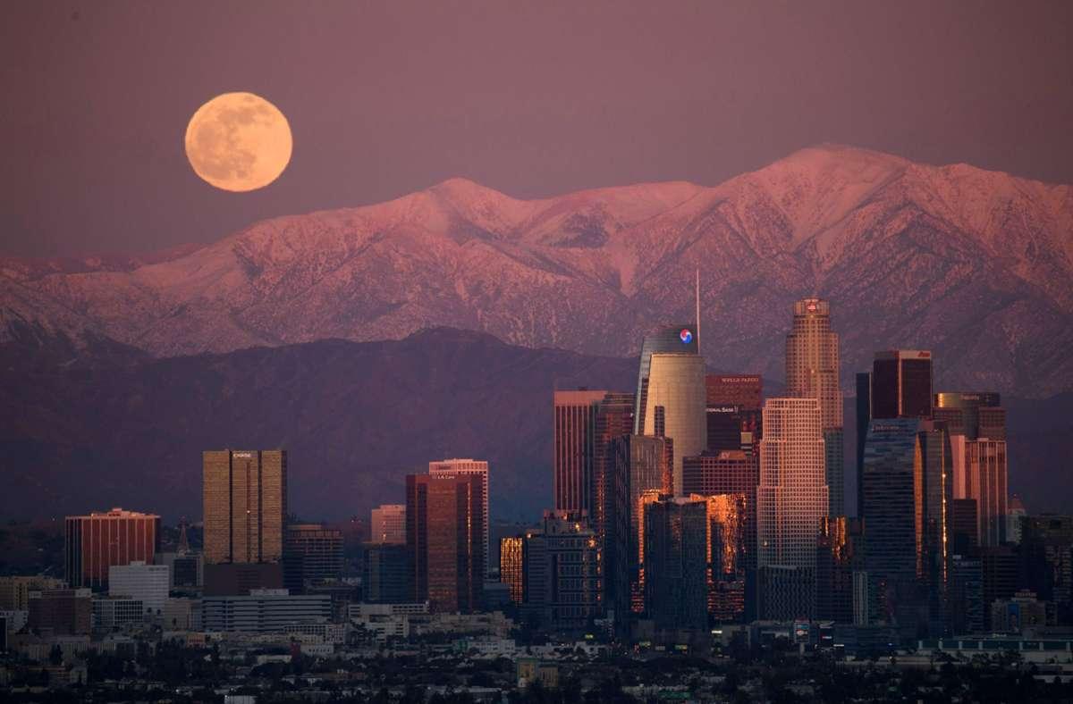 """Der """"Cold Moon"""" über Los Angeles in seiner vollen Pracht. Foto: AFP/PATRICK T. FALLON"""