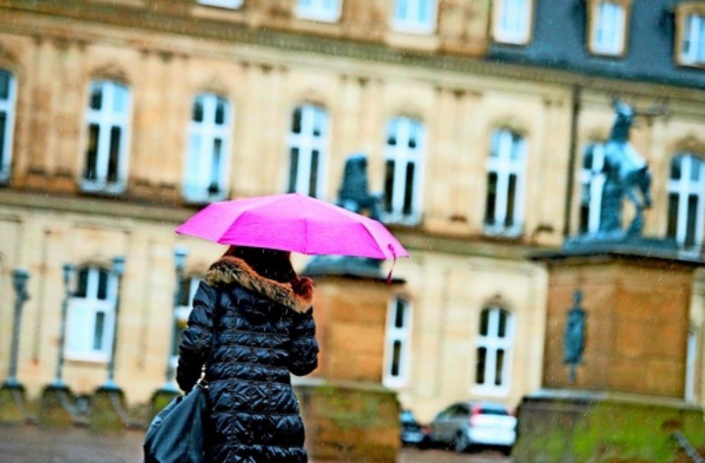Ein Schirm als Farbtupfer in einem trüben und nassen Februar Foto:dpa Foto: