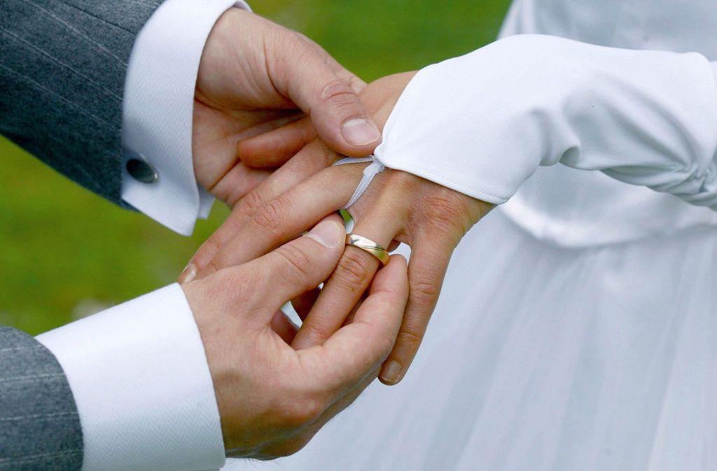 Heiraten bleibt in Stuttgart weiterhin möglich. Zur standesamtlichen Trauung dürfen aber nur Braut und Bräutigam kommen. Foto: dpa/Andreas Lander