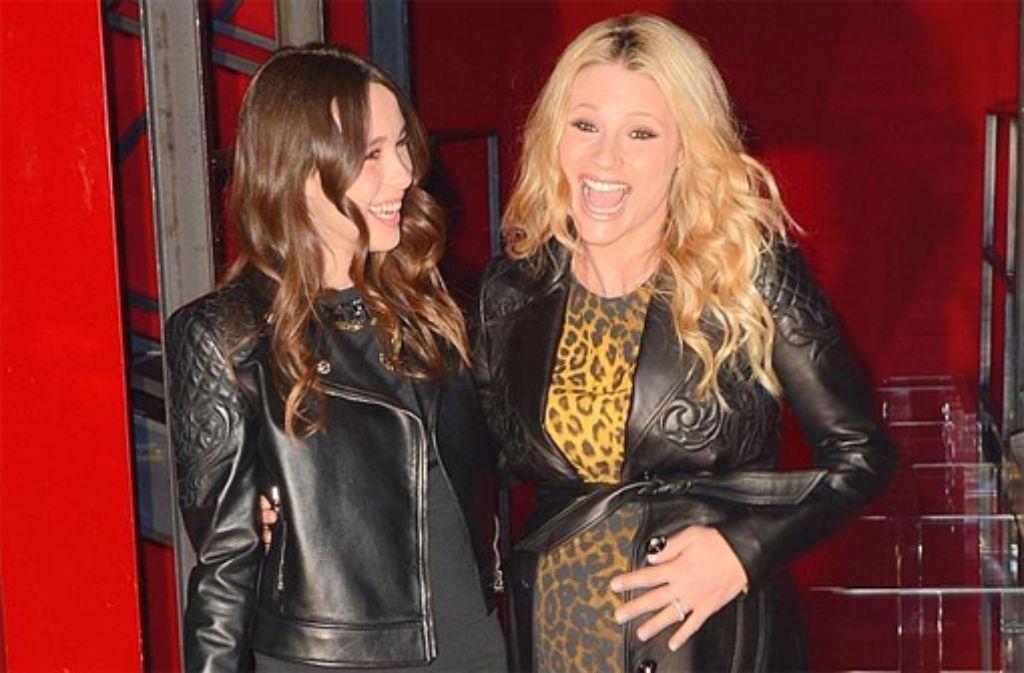Michelle Hunziker (rechts) war gemeinsam mit ihrer Tochter Aurora Ramazzotti bei der Versace Show im Rahmen der Fashion Week in Mailand. Foto: Getty Images