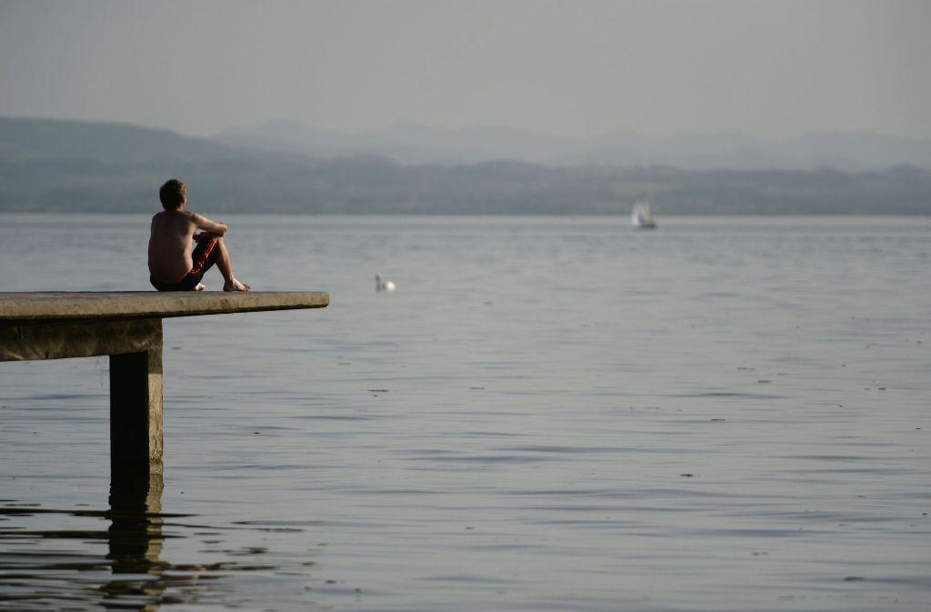 Nicht nur der Bodensee lädt im Sommer zum Baden ein. (Archivfoto) Wo immer man bei Hitze Abkühlung sucht, an ein paar Regeln sollte man sich auf jeden Fall halten. Foto: dpa