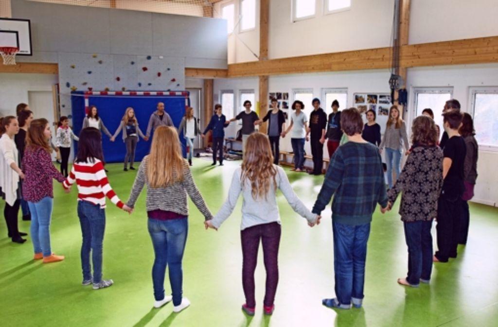 Alle halten sich an den Händen: eine Vertrauensübung. Foto: Rehman