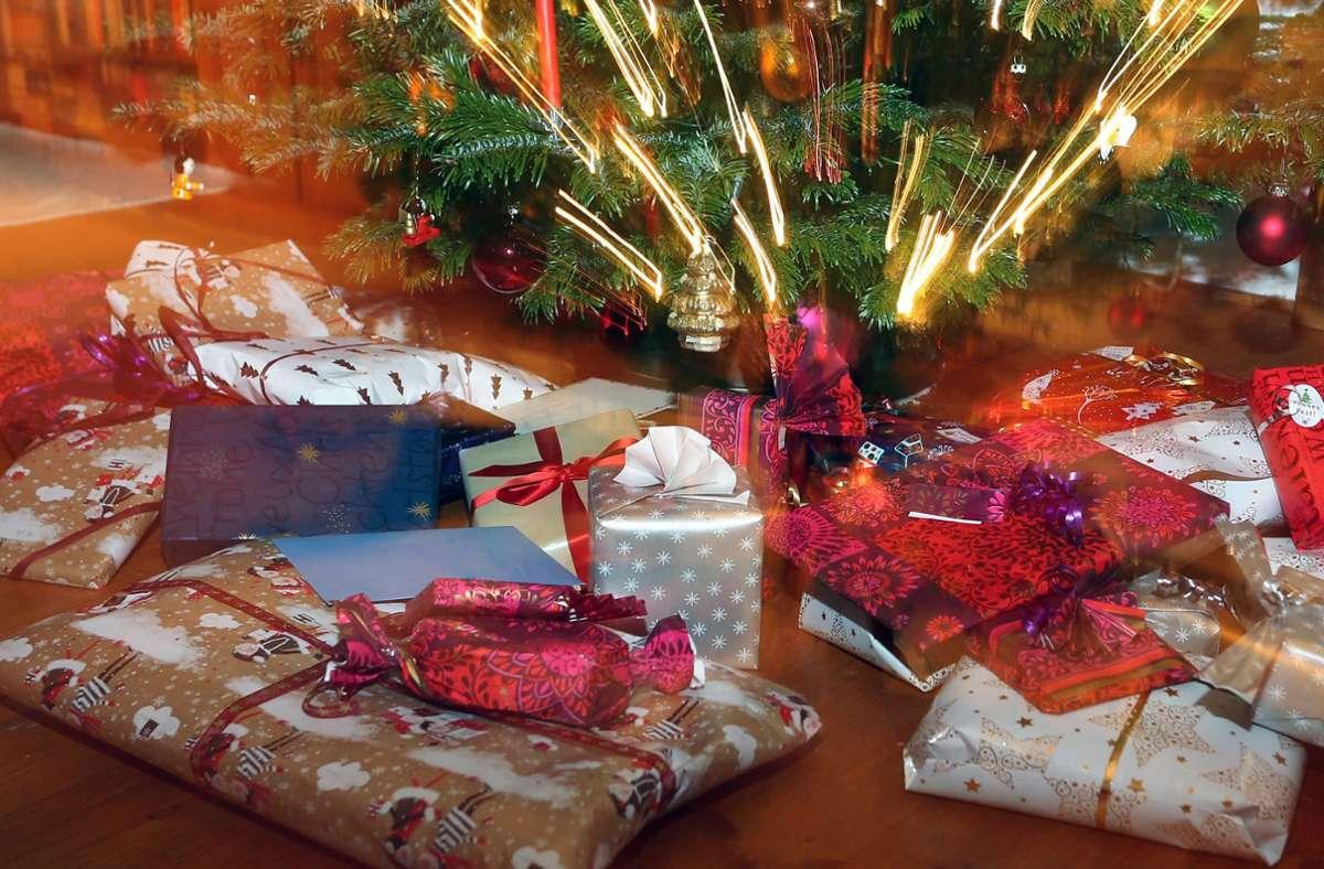 Geschenkmassen in buntem Weihnachtspapier, das nicht mal recycelt werden kann – gibt es dazu nicht auch nachhaltige Alternativen? Foto: dpa/Karl-Josef Hildenbrand