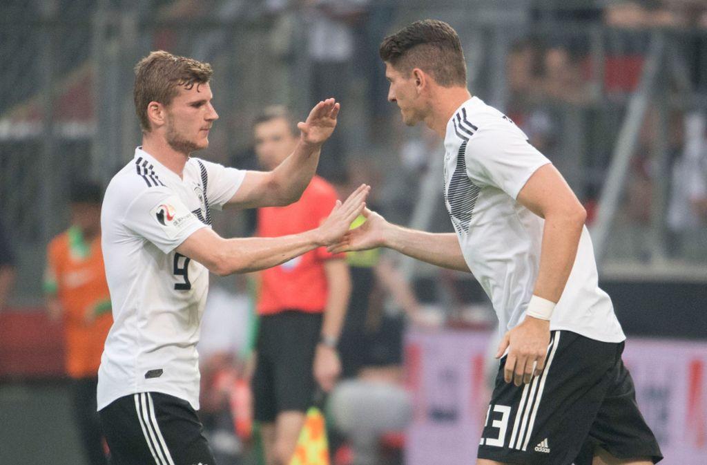 Timo Werner (links) und VfB-Stürmer Mario Gomez verbindet eine besondere Beziehung. Foto: dpa