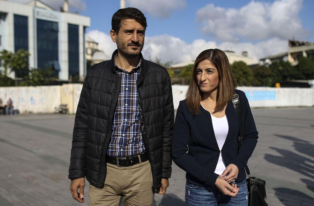 Suat Corlu und Mesale Tolu bei einer Gerichtsverhandlung in Istanbul. Foto: AP