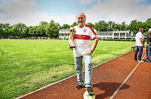 "Clubbetreiber ""Sloggi"" Find mit dem Pokal des Boa Soccer-Cups Foto: Lichtgut/Julian Rettig"