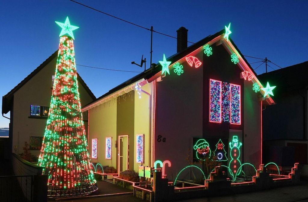 In Karlsruhe leuchtet ein Haus, das mit rund 30 000 LED-Lichtpunkten weihnachtlich geschmückt ist. Foto: dpa