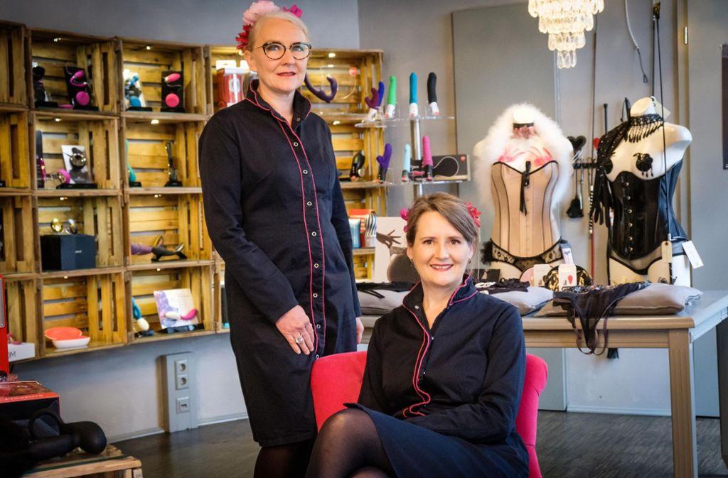 Alexandra Steinmann (links) und  Mascha Hülsewig in der Boutique Erotique. Foto: Lichtgut/Achim Zweygarth