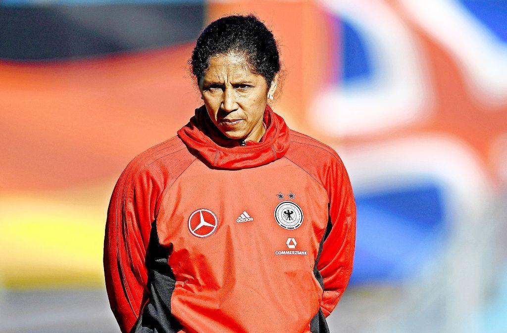 Strenger Blick, volle Konzentration: Für Bundestrainerin Steffi Jones steht in der WM-Qualifikation gegen die Faröer viel auf dem Spiel. Foto: