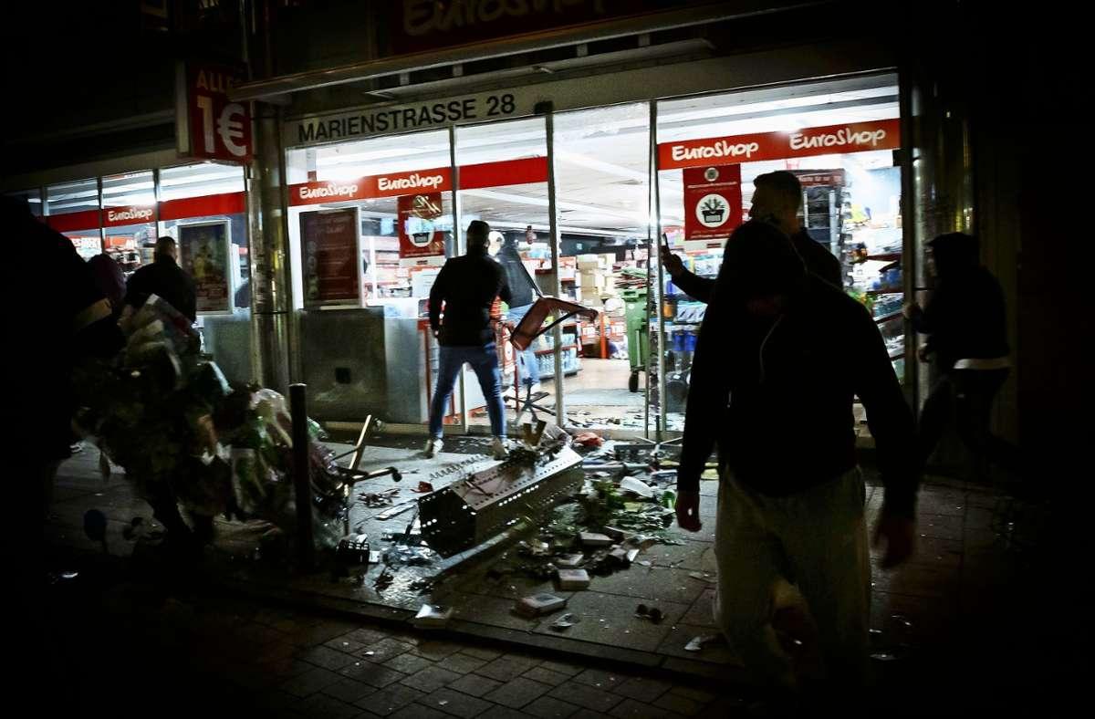 Die Stuttgarter Krawallnacht lässt weiter die Wellen hochschlagen. Foto: dpa/Julian Rettig
