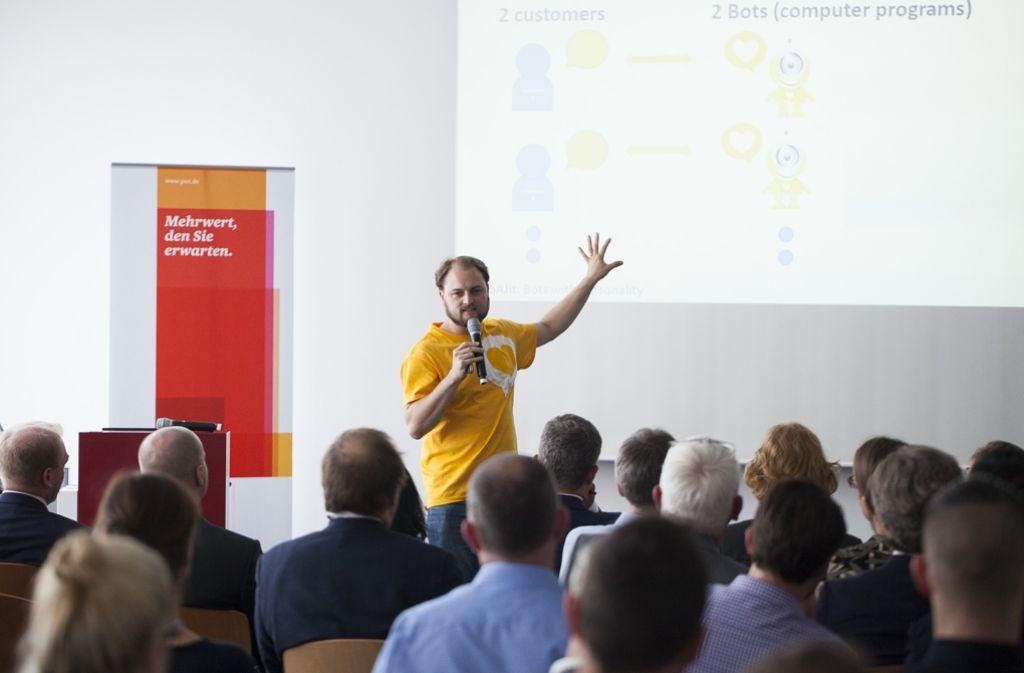 Jonas Moßler vom Mannheimer Start-up Susi & James zeigt Service-Roboter für Callcenter. Foto: PwC
