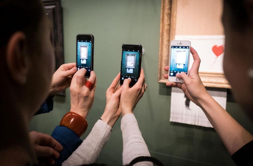 Links Rembrandt, rechts Banksy – die ideale Kulisse für ein Selfie Foto: Lichtgut/Achim Zweygarth