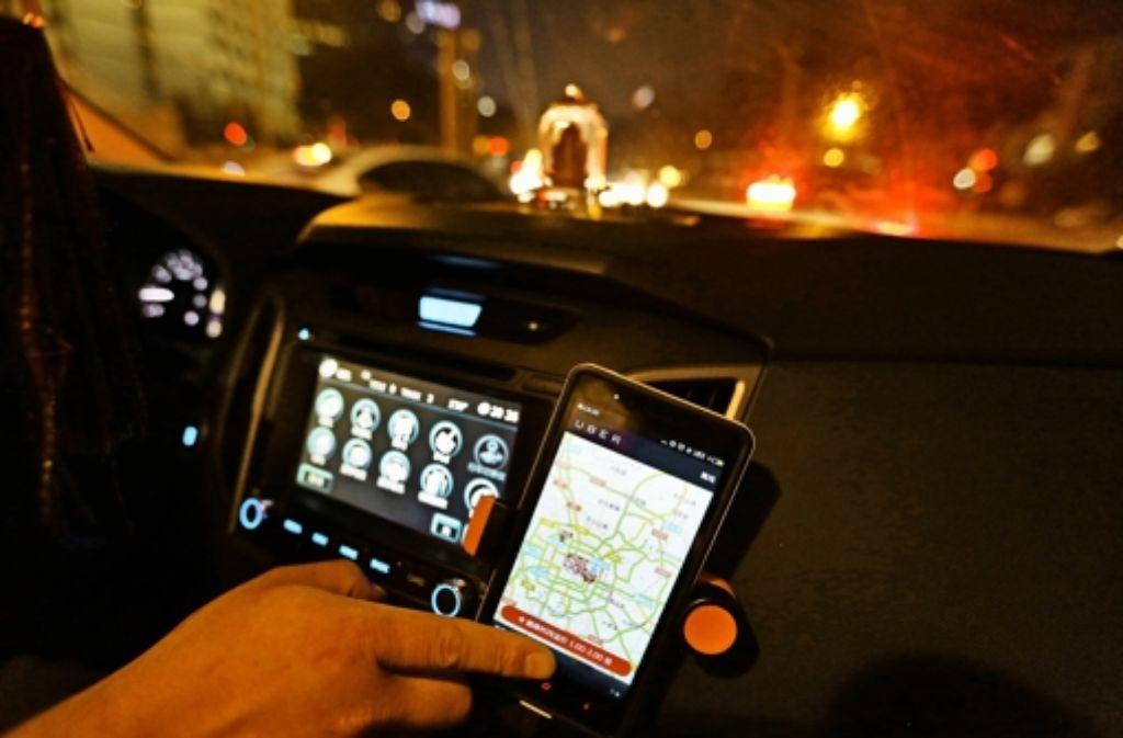 Ein Uber-Fahrer in China  kann angesichts der schieren Größe der Metropolen schon einmal den Überblick verlieren. Es kommt sogar vor, dass der Fahrgast dem Fahrer durch die Straßen der Hauptstadt Peking (im Bild) navigieren muss. Foto: dpa