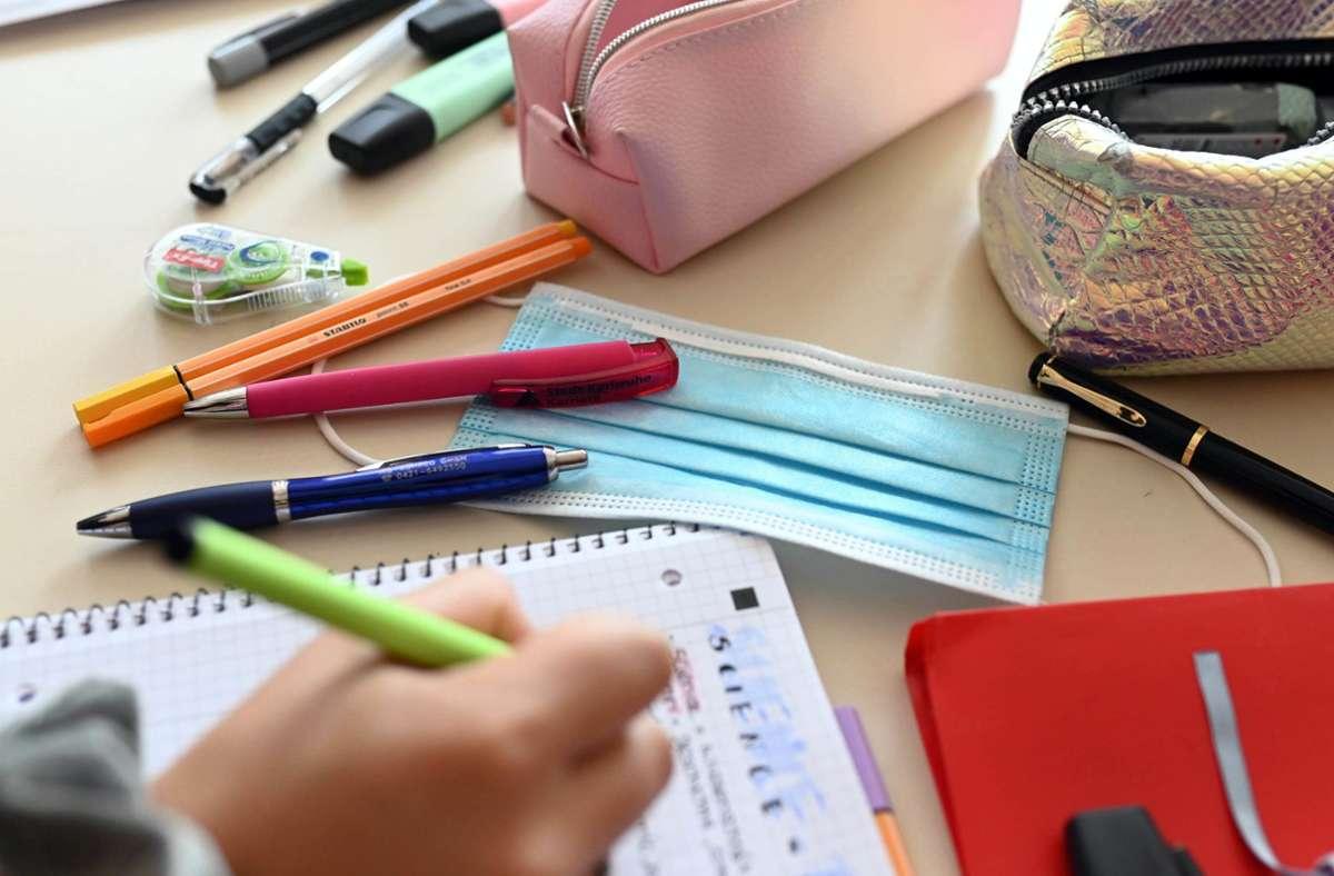 Die Quarantäne-Regeln bei Coronafällen in Schulen sollen einfacher werden (Symbolbild). Foto: dpa/Uli Deck