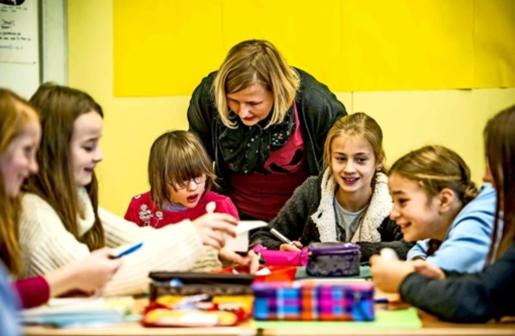 Biolehrerin Christina Kurz kümmert sich um Lin (l.) und ihre Mitschüler. Foto: Lg/Max Kovalenko