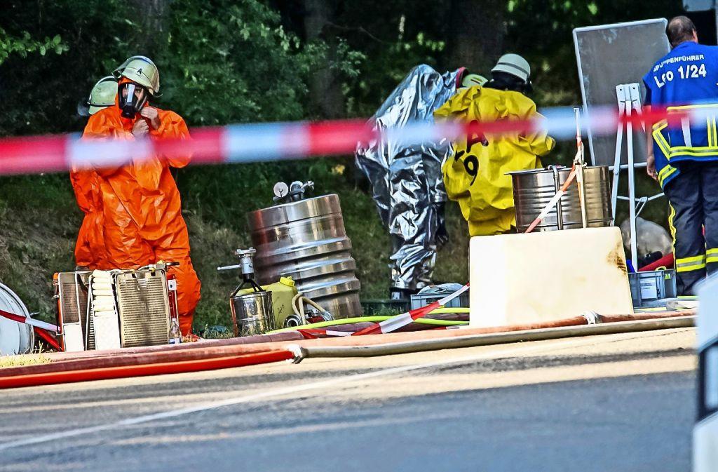 Einem Lkw, der Fässer mit Wasserstoffperoxid geladen hat, verrutscht die Ladung. Ein heikler Einsatz für die Feuerwehr Leonberg und ihren Umweltschutzzug. Foto: SDMG