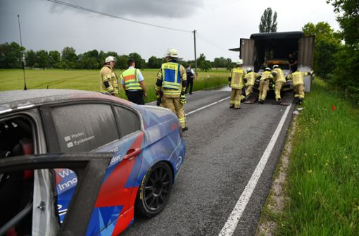 Rennwagen fangen in Transporter Feuer