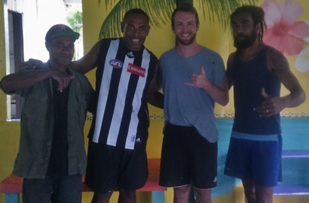 Der Vaihinger Dominik Eggert (Dritter von links) hat auf den Fidschi-Inseln viele  Kontakte geknüpft und neue Freunde gefunden. Foto: privat