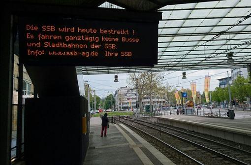 Busse und Stadtbahnen stehen in Stuttgart still