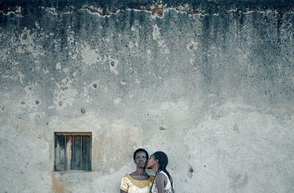 In Ruanda wird der Bildband nicht veröffentlicht. Es wird verzichtet, die Namen der Frauen zu nennen, um ihre Persönlichkeitsrechte zu schützen. Die Mutter auf dem Bild oben wollte abtreiben, ein eigenmächtiger Versuch scheiterte. Foto: Olaf Heine
