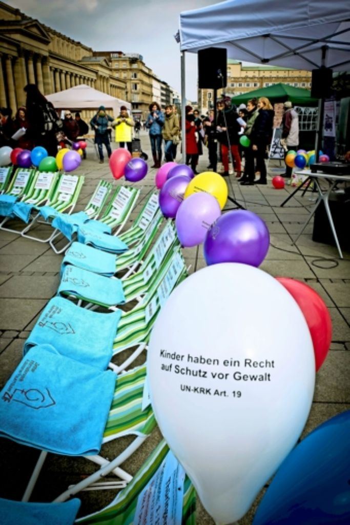 16 Stühle für 16 Bundesländer. Keines erreicht die vom Europarat empfohlene Quote von einem Frauenhausplatz pro 7500 Einwohnern. Foto: Lichtgut/Achim Zweygarth