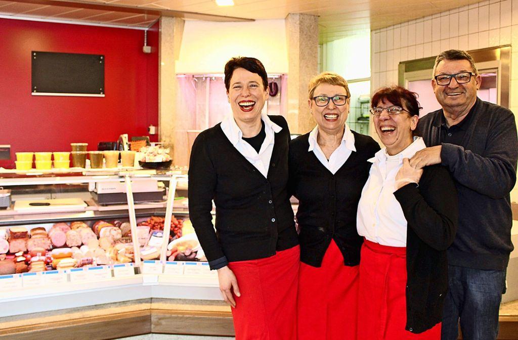 Trotzdem gut gelaunt, auch wenn das Geschäft schwer geworden ist: Michaela Özyüce mit, Margot Starzmann, Carmela Graziano und Hans Starzmann (v.l.)  in Birkach Foto: Holowiecki