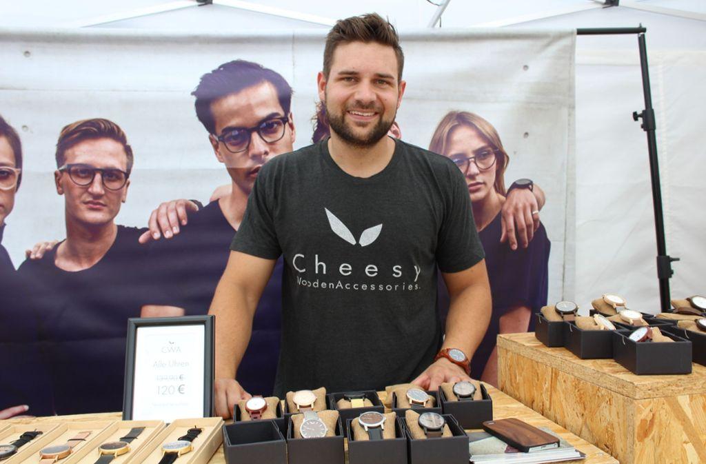 Jens Jessberger (Cheesy) zeigt seine Holzaccessoires. Foto: Tilman Baur