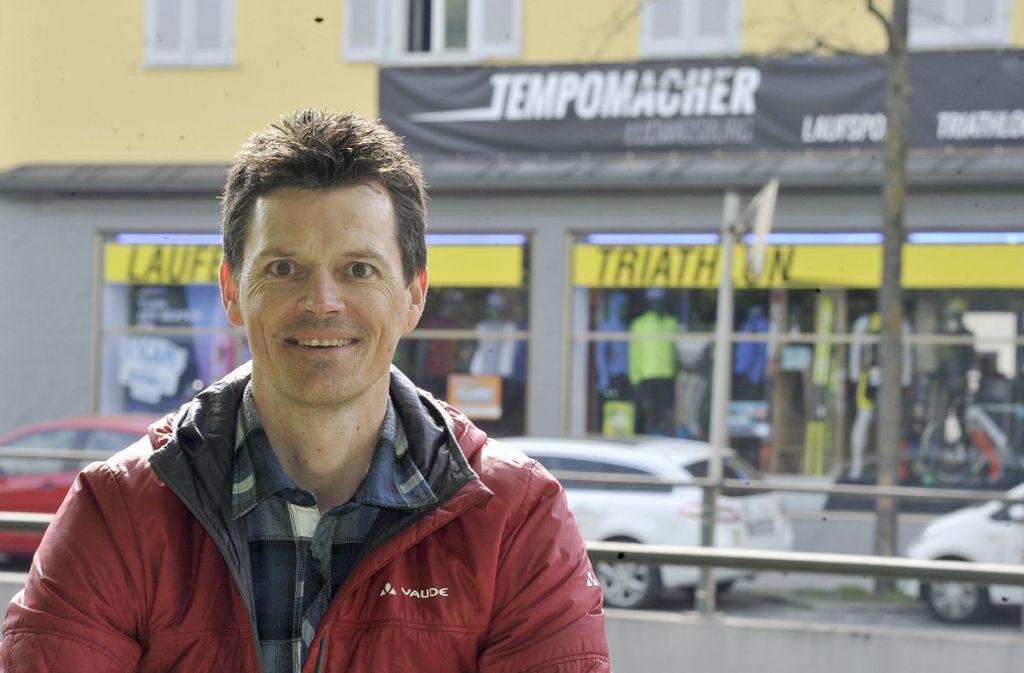 Roy Fischer vor seinem Laden in der Stuttgarter Straße Foto: Kuhnle/Archiv