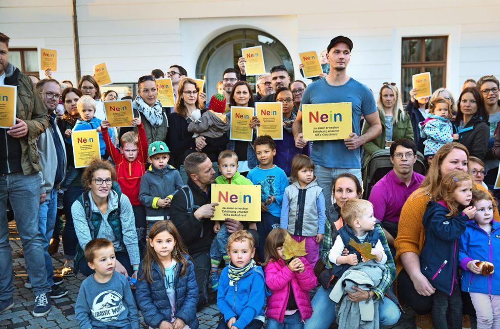Auch die Mahnwache vor dem Rathausbewegte eine  Mehrheit der Räte nicht dazu, ihr Abstimmungsverhalten zur Gebührenerhöhung zu ändern. Foto: /Horst Rudel
