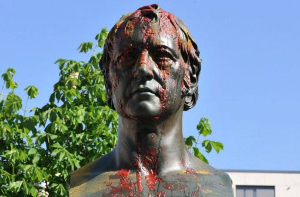 """Wieder eine geschmacklose Aktion gegen zugezogene Schwaben in Berlin: Unbekannte haben das Hegel-Denkmal in Mitte in der Nacht zum Montag mit Currywurst beschmiert. Die Initiative """"Schwaben ausbürgern"""" brüstete sich im Internet mit der Tat. Foto: dpa"""