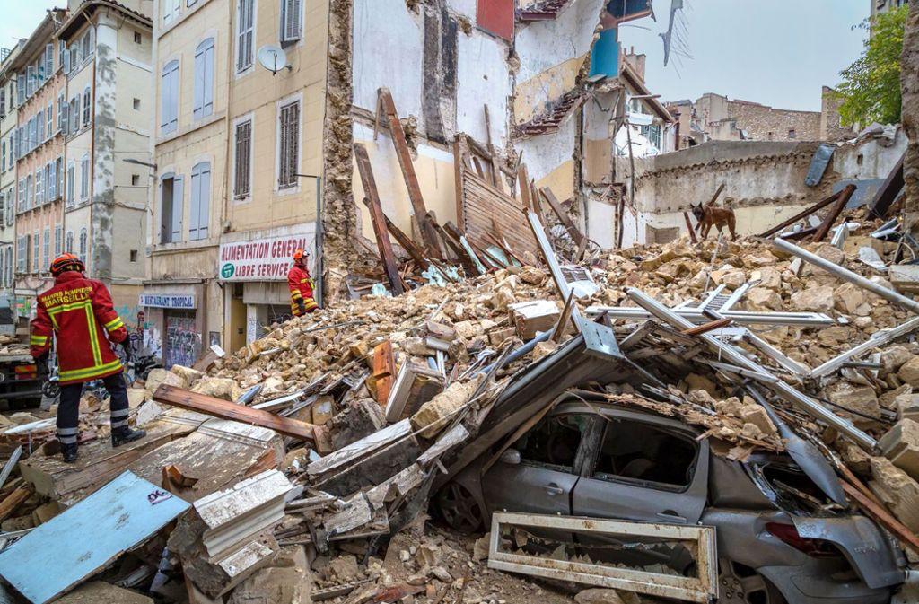 Feuerwehrleute sichern das eingestürzte Haus in der Altstadt von Marseille. Foto: dpa