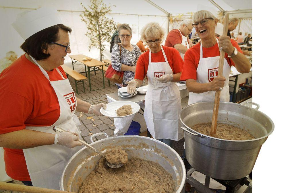Da wird jeder satt: Kiloweise Kraut werden beim Traditionsfest verarbeitet. Foto: factum/Bach