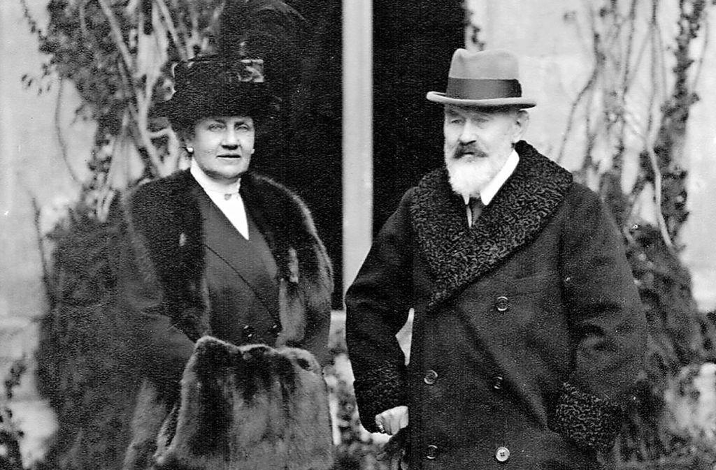 König Wilhelm II.  und seine Frau Charlotte vor dem Kloster Bebenhausen, wo sie nach der Revolution von 1918 lebten. Foto: Alfred Hirrlinger