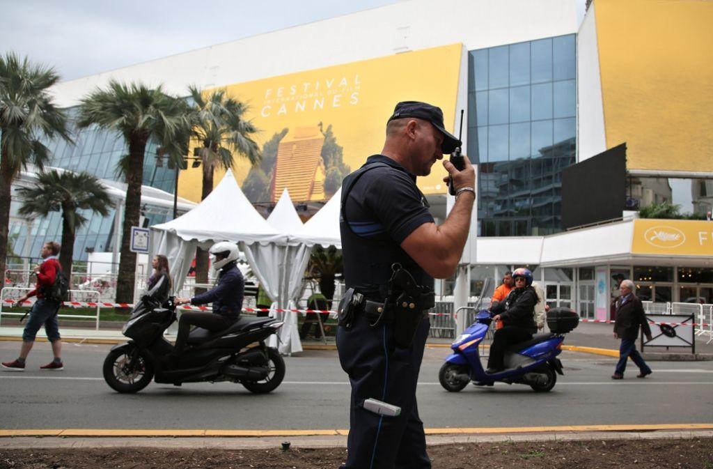 Hohe Sicherheitsvorkehrungen für die Stars von Cannes: Polizist vor dem Festivalpalast Foto: AP