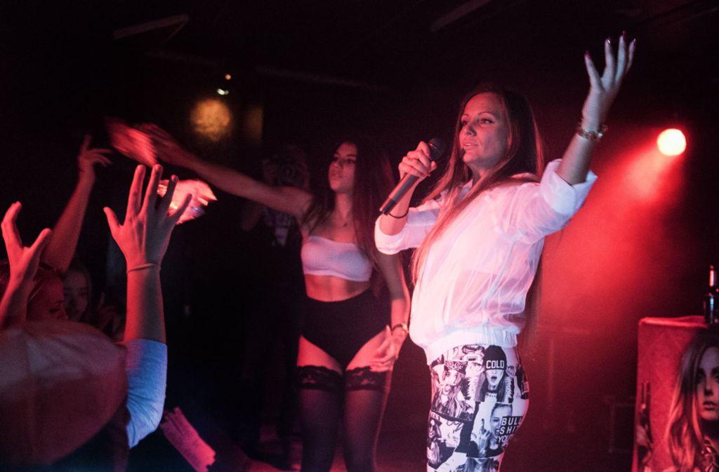 Die Rapperin Schwesta Ewa bei einem Konzert in Frankfurt. Foto: dpa