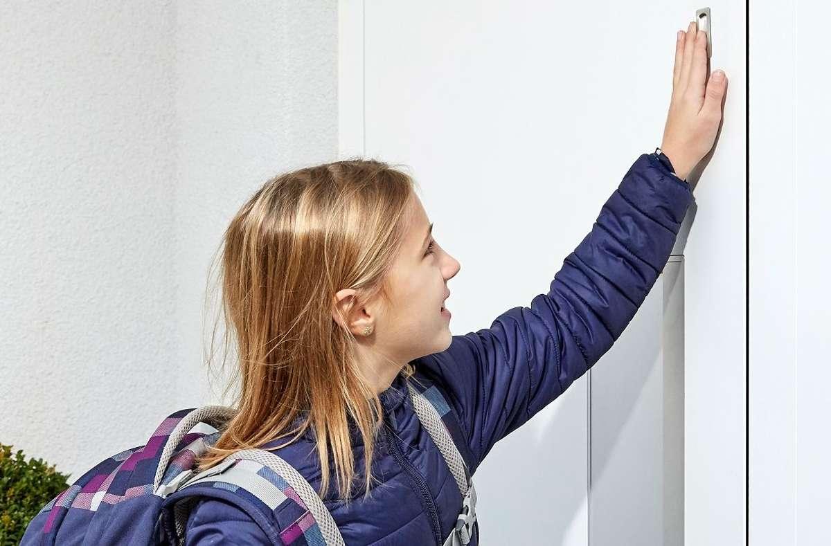 Dank des intelligenten ekey-Algorithmus erkennt der Fingerprint veränderte Benutzergewohnheiten, kleine Verletzungen am Finger sowie das Wachstum von Kinderfingern. Der Fingerprint lernt somit bei jeder Benutzung. Foto: ekey biometric systems GmbH