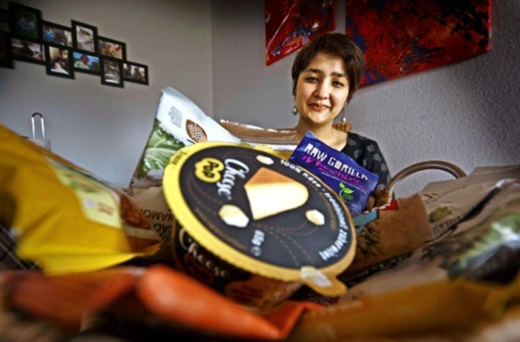 Zainab Shah mit einer Auswahl  der gesunden Snacks, die sie mit ihrer Firma Snackbaron verschickt. Foto: Gottfried Stoppel