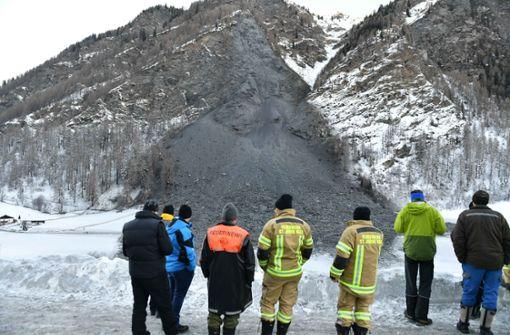 Dutzende bleiben nach Felssturz in Tal eingeschlossen