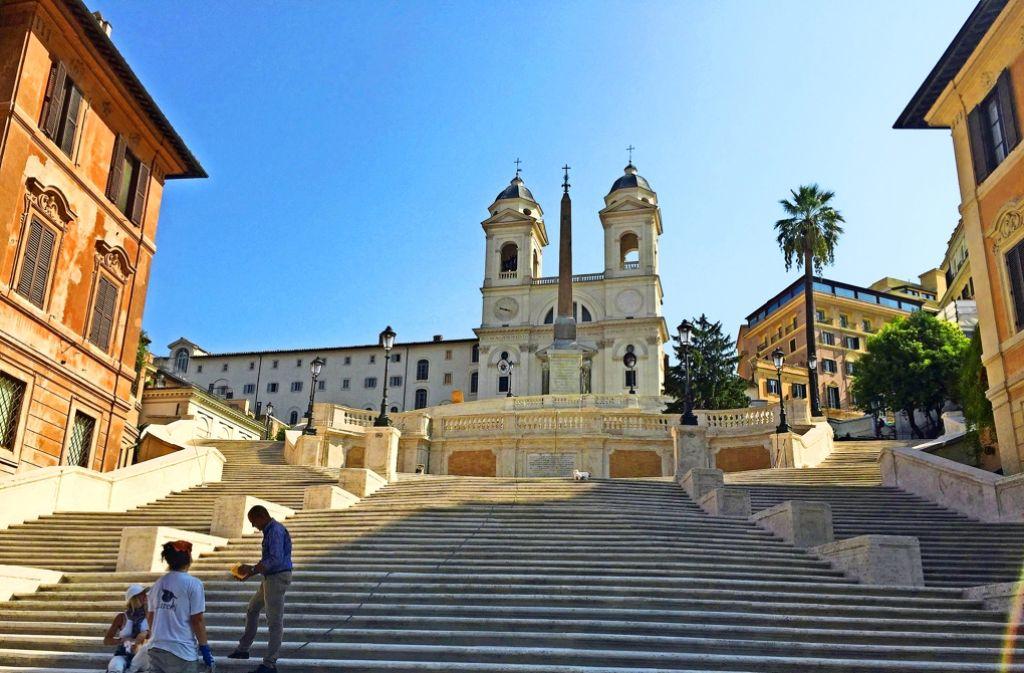 In Rom darf man neuerdings nicht mehr auf der Spanischen Treppe sitzen. Nicht nur dort wurden Maßnahmen gegen die Touristenmassen ergriffen. Foto: dpa