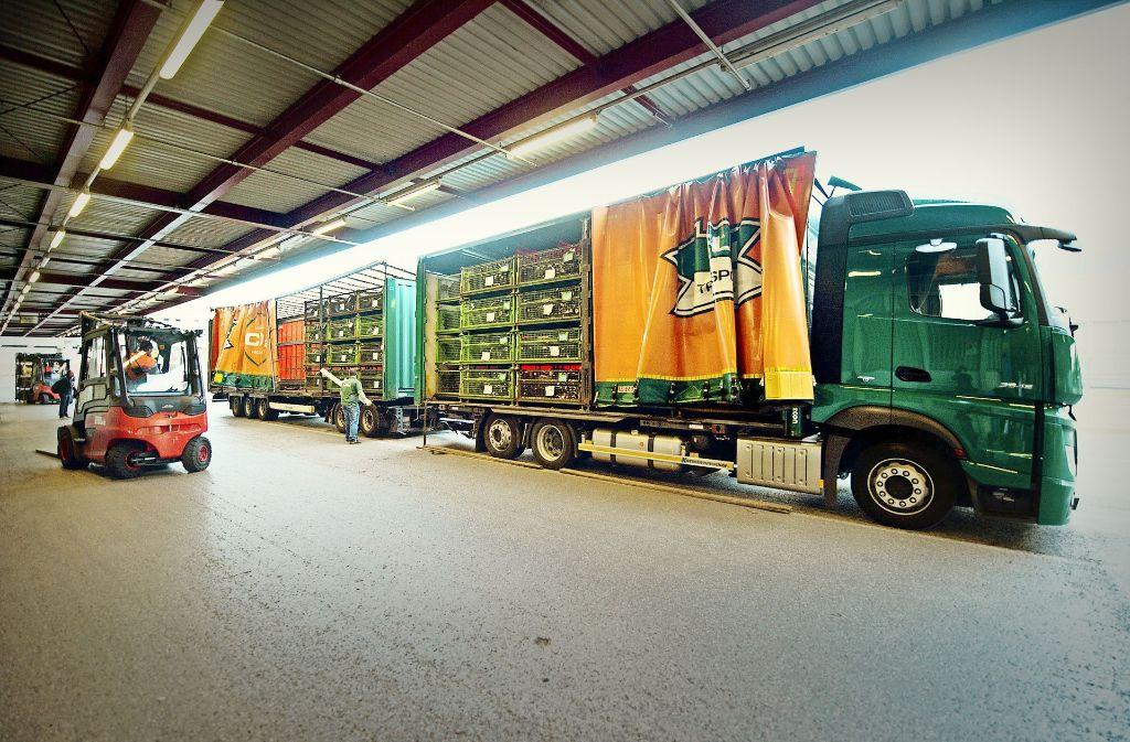 Ob künftig auch in den Uhinger Allgaier-Werkshallen sogenannte Gigaliner Station machen (unser Bild stammt aus dem Sindelfinger Daimler-Werk), ist  noch völlig offen. Foto: dpa