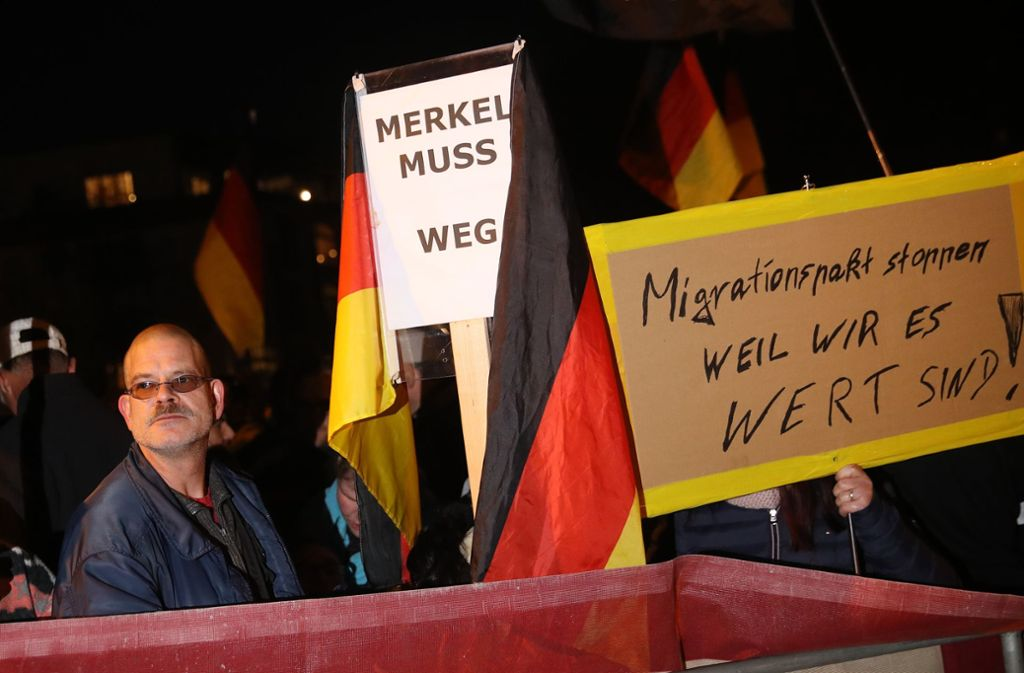 Zahlreiche Menschen haben in Chemnitz gegen den Merkel-Besuch demonstriert. Foto: Getty Images Europe