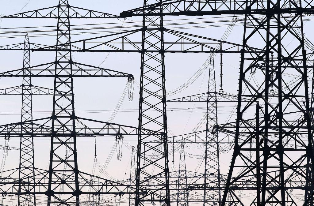 Die Bevölkerung lehnt überirdische Stromautobahnen ab. Aus diesem Grund sollen die neuen Netze zwischen Nord und Süd als Erdkabel verlegt werden. Foto: dpa