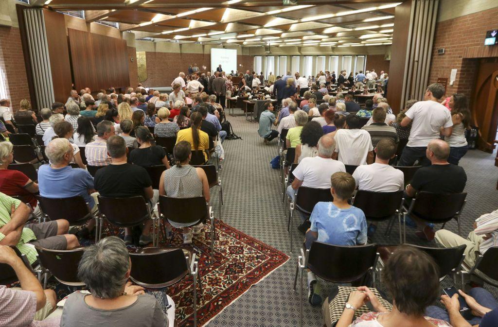 So voll sind die Zuhörerreihen im Kreistag nur, wenn es um Brisantes geht – etwa um die Ablagerung freigemessenen Bauschutts aus Neckarwestheim auf Kreisdeponien. Foto: factum/