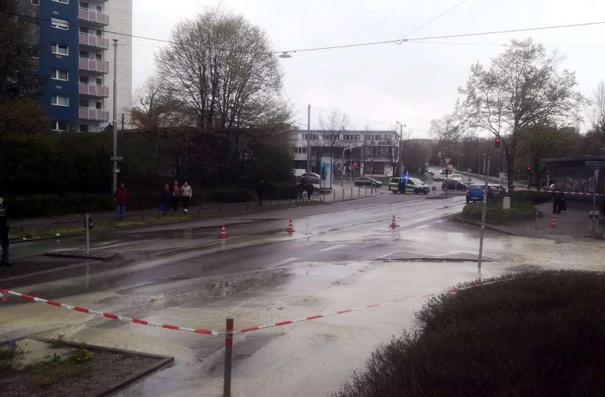 Wasserrohrbruch in der Schozacher Straße. Foto: Andreas Rosar Fotoagentur-Stuttg