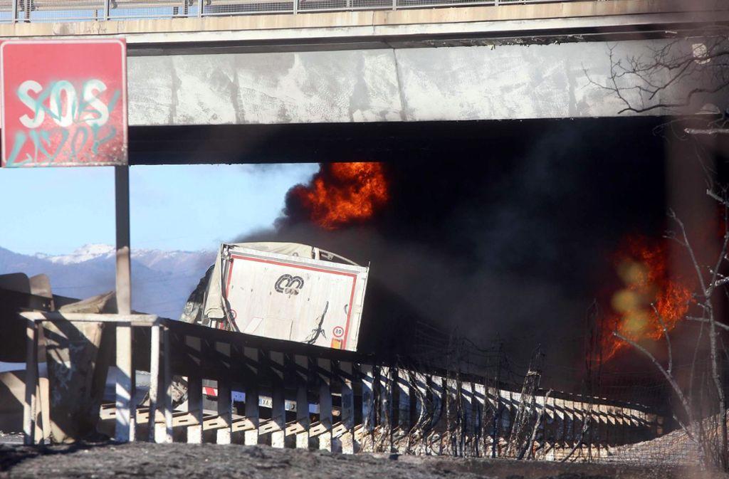 Bei dem Unfall soll das Auto einer Familie zwischen zwei Lkw geraten sein. Foto: ANSA/AP